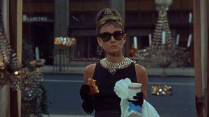 Audrey con el croasán